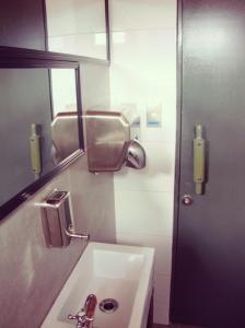 Una foto del baño, porque es bueno cachar con qué baño estás lidiando. Sí, es lindo y limpio.