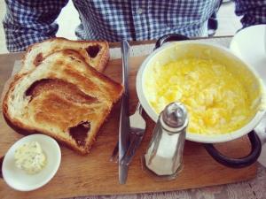 Brioche tostado con huevo. Esta vez sin palta, no era necesario. Herejía, lo sé, pero era musho.